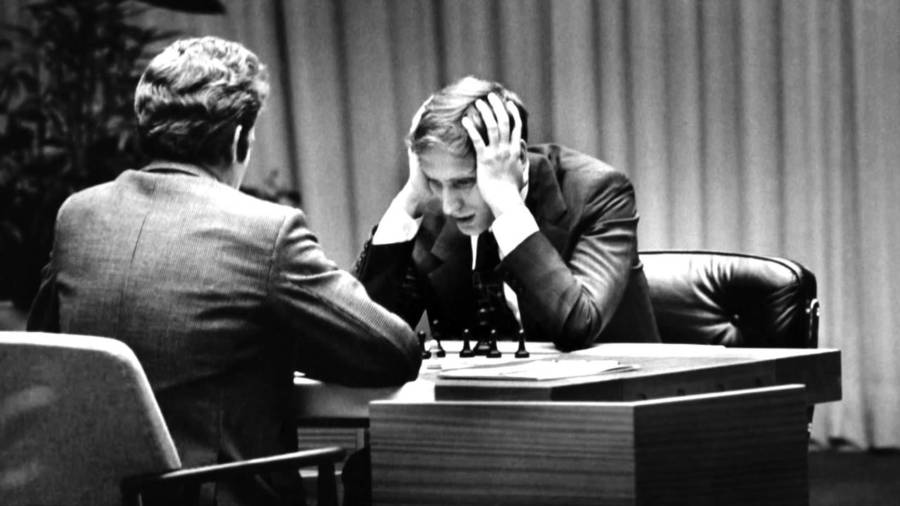 Satranç Dünya Şampiyonasında karşı karşıya gelen Bobby Fischer ve Boris Spassky