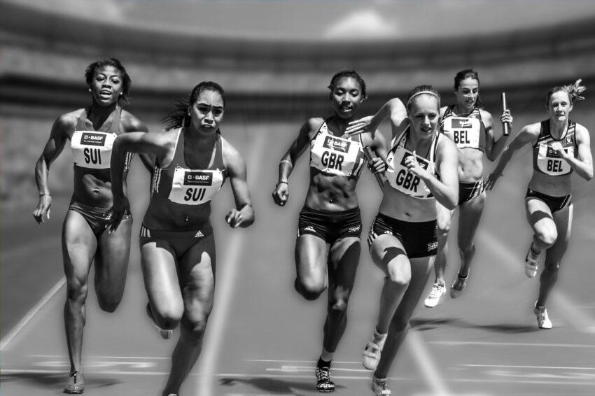 Yarış boyunca koşan atletler.