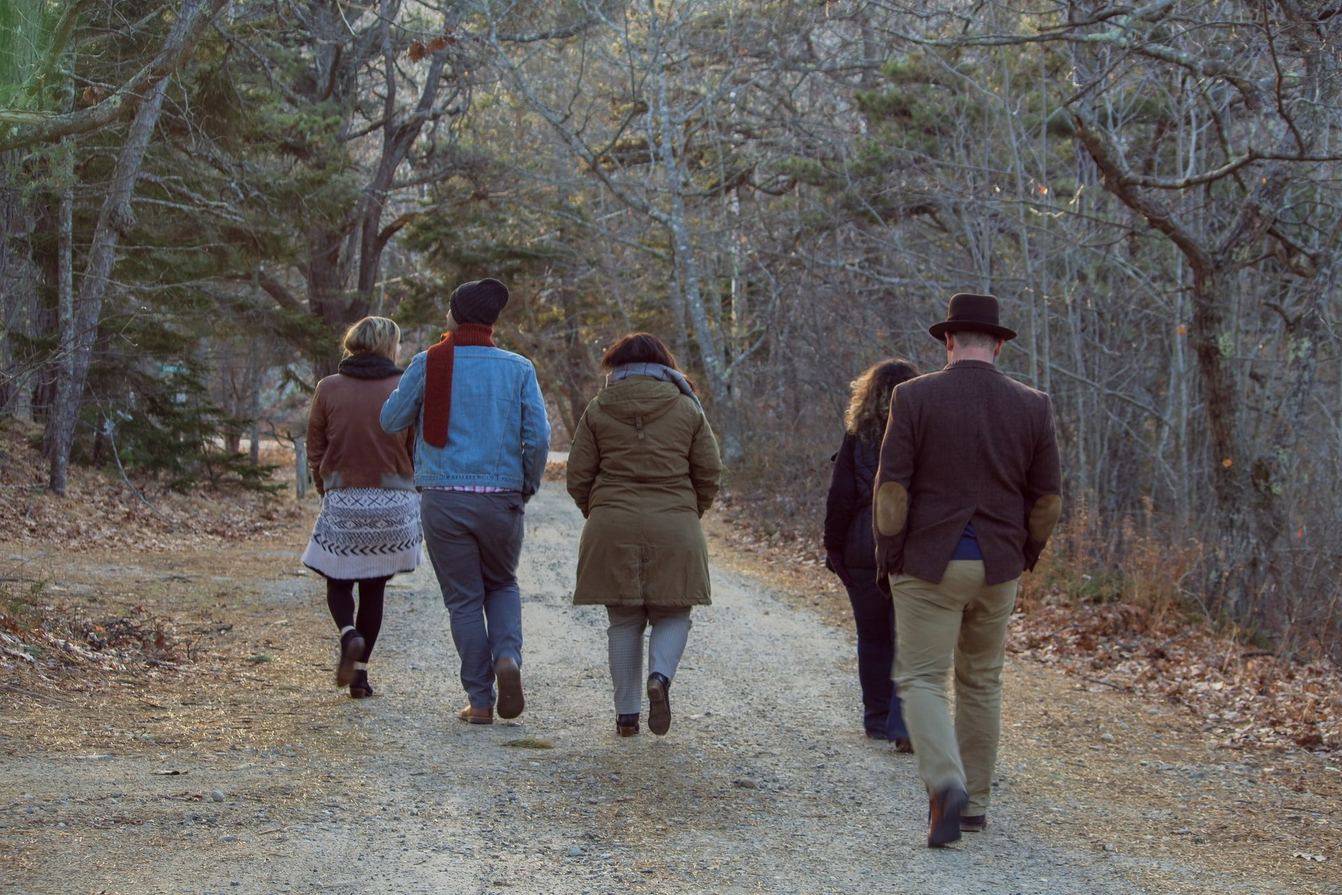 Birlikte yürüyen insanlar.