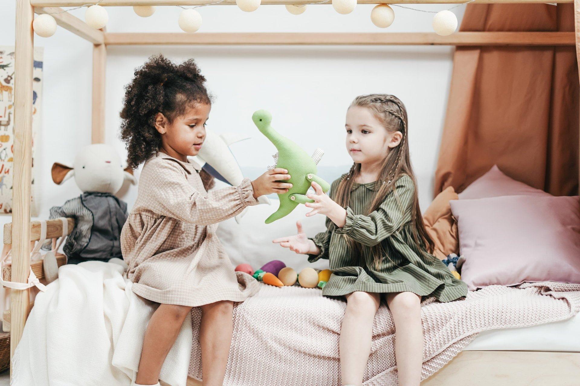 Oyuncaklarıyla oynayan tüketim yapmayı erken öğrenen çocuklar.