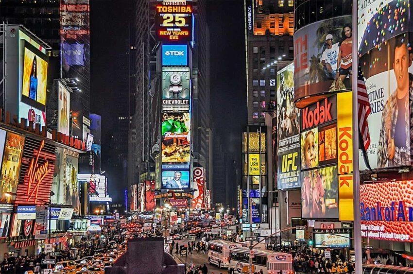Tüketim dostu reklamlarla çevrili New York