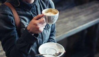 Kahve içen bir insan.